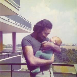 Mario tiene teneramente in braccio il neonato figlio Marco - 1973