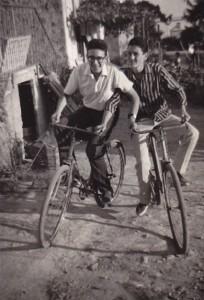 Mario adolescente va in bicicletta con un amico