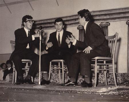 Mario con due suoi compagni di scuola su un palco durante una rappresentazione teatrale di fine anno. La somiglianza con Peppino di Capri è impressionante...