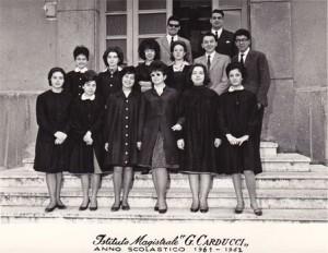 """Foto di gruppo sulle scale dell' Istituto Magistrale """"G. Carducci"""" - Anno Scolastico 1961-62"""